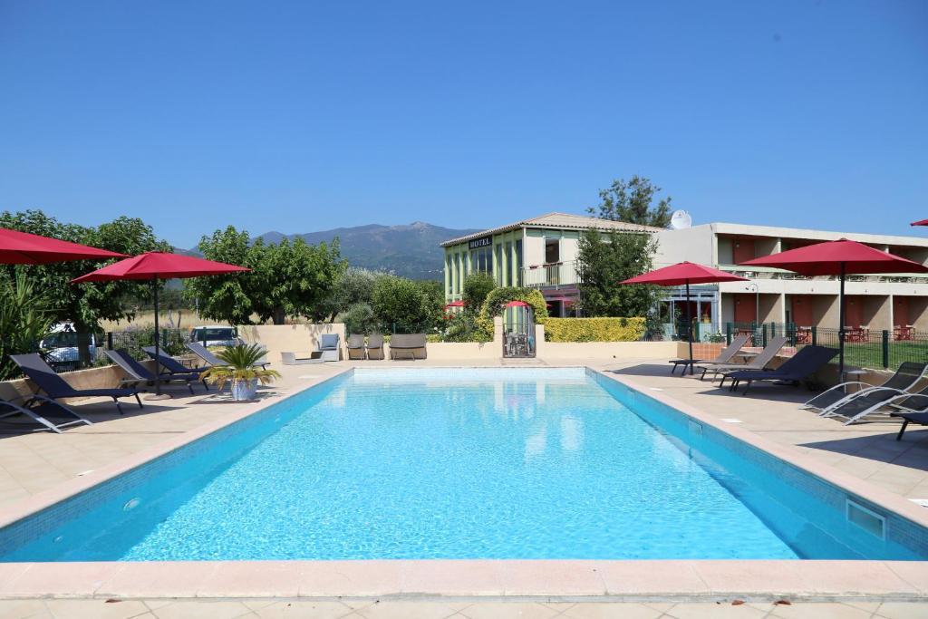 Vue des jardins et de la piscine de l'hotel