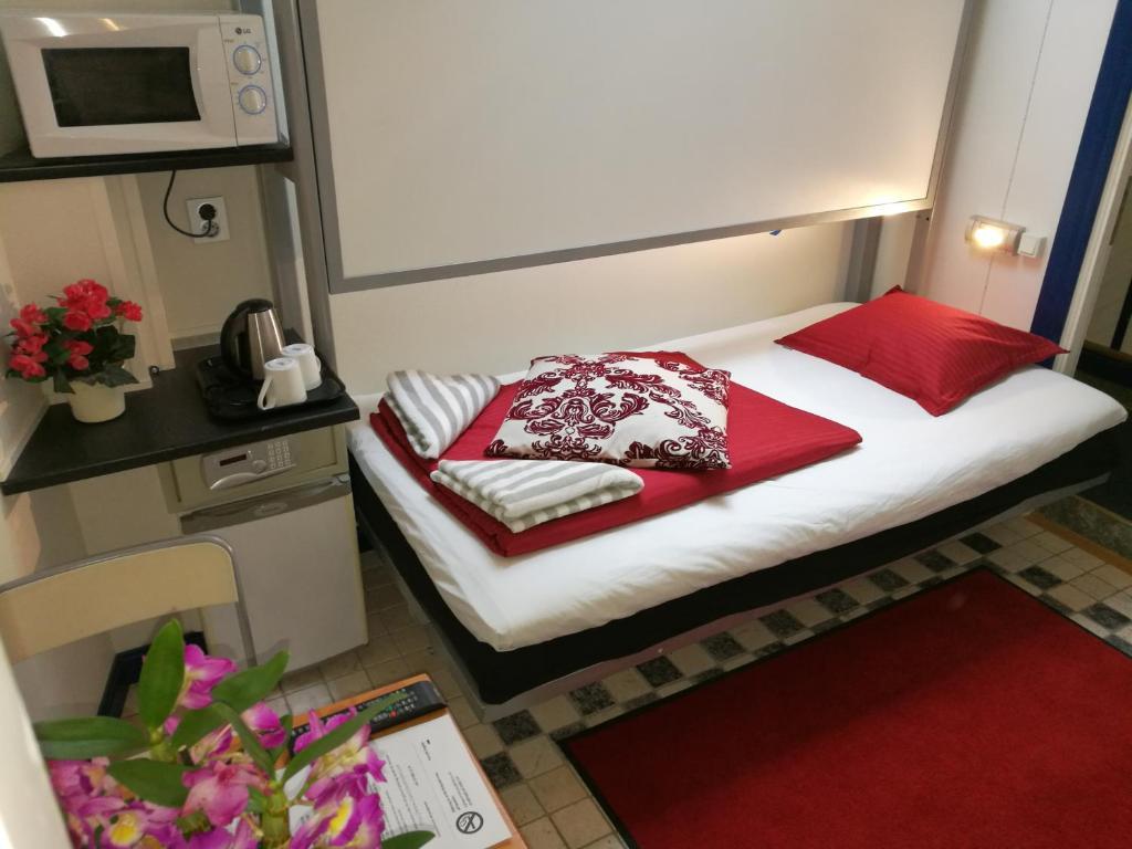 Säng eller sängar i ett rum på Stockholm Classic Budget Hotell