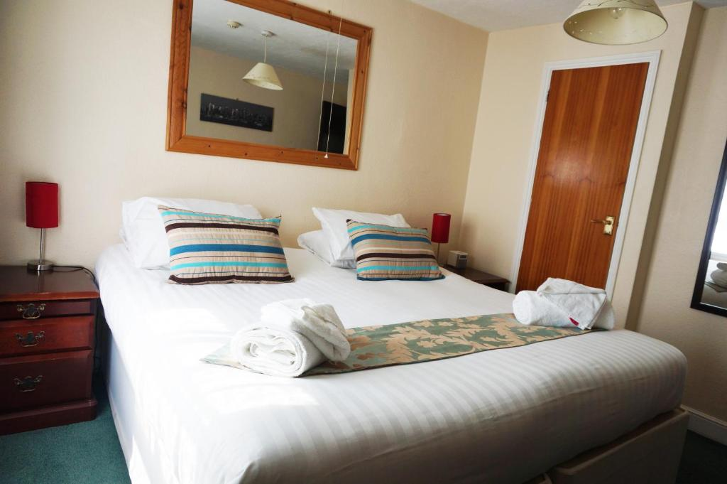 A bed or beds in a room at Greyfriars Lodge