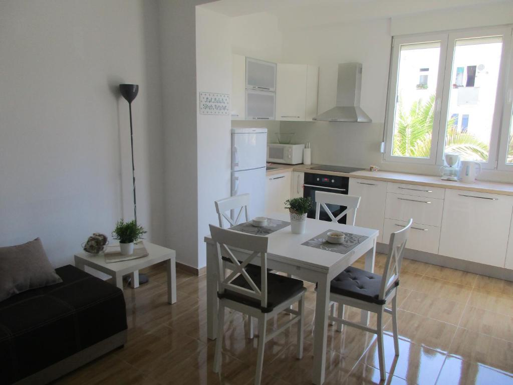 A kitchen or kitchenette at Summer apartment