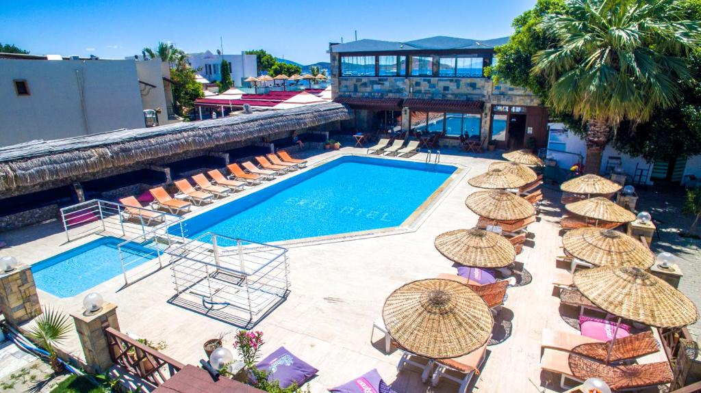 Вид на бассейн в Eris Hotel или окрестностях