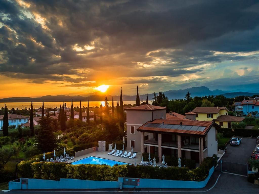 Ein Blick auf den Pool von der Unterkunft Hotel Relais Agli Olivi oder aus der Nähe