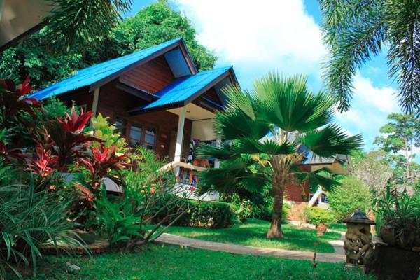 Бассейн в Baan Rom Mai Resort или поблизости