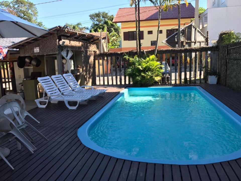 A piscina localizada em Pousada Banana House ou nos arredores