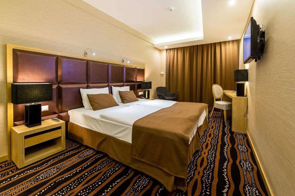 A bed or beds in a room at Aquaticum Debrecen Termal & Wellness Hotel