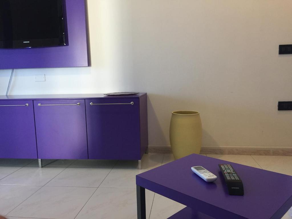 TV o dispositivi per l'intrattenimento presso Violet Apartment