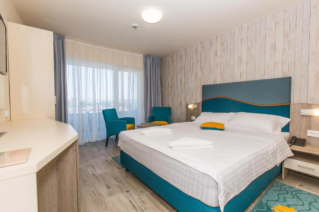 Un pat sau paturi într-o cameră la Hotel Riviera