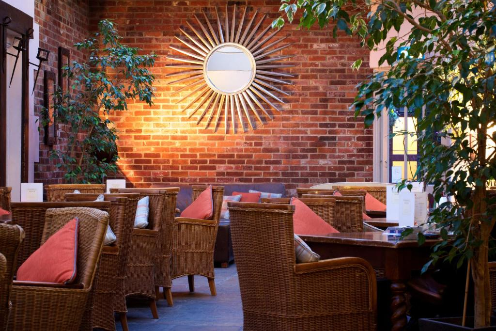 A restaurant or other place to eat at Stanwell House Hotel