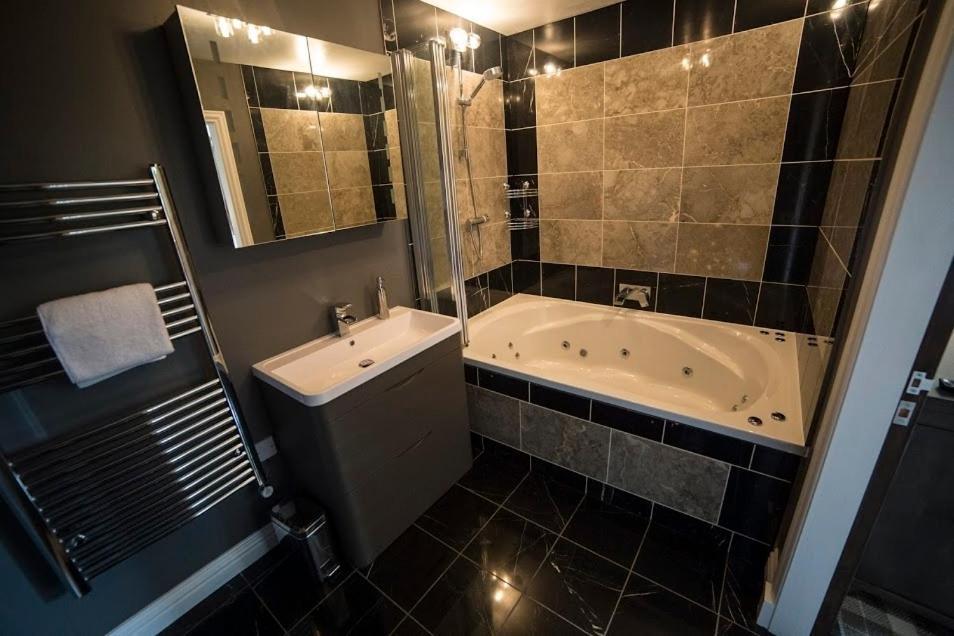 A bathroom at Whitehouse B&B
