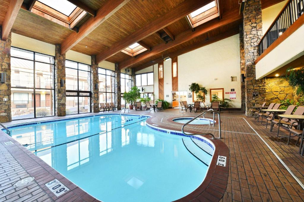 The swimming pool at or near Best Western Center Pointe Inn