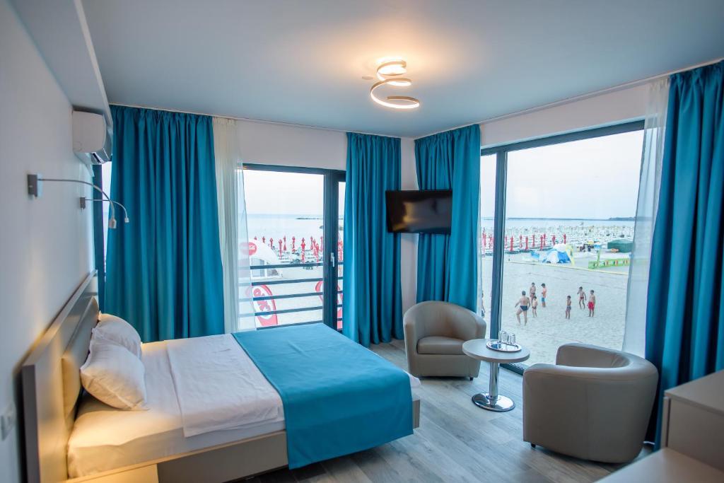 O vedere generală la mare sau o vedere la mare luată din acest hotel