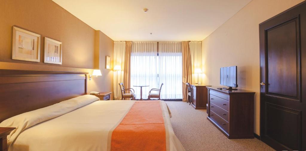 Una cama o camas en una habitación de Howard Johnson Plaza Jujuy