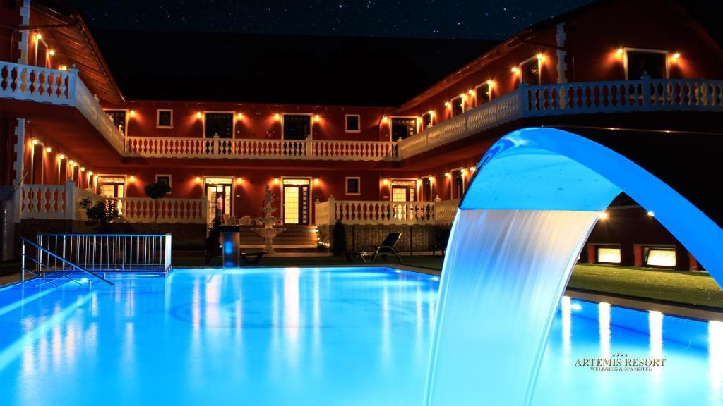 Bazén v ubytovaní Artemis Resort Wellness Hotel alebo v jeho blízkosti