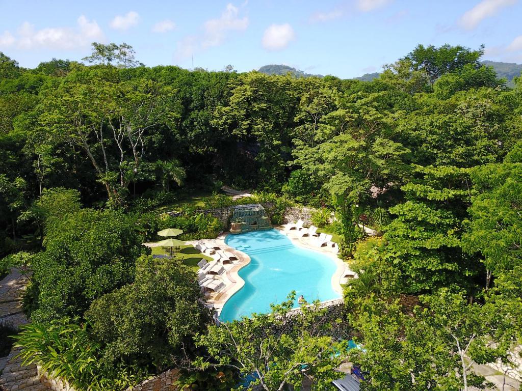 Uitzicht op het zwembad bij Hotel la Aldea del Halach Huinic of in de buurt