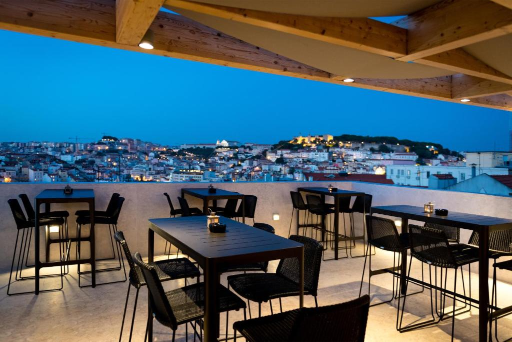 A restaurant or other place to eat at Lisboa Pessoa Hotel