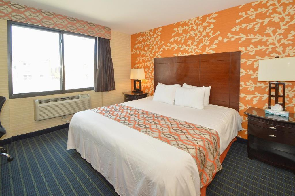 A bed or beds in a room at Corona Hotel New York - LaGuardia Airport