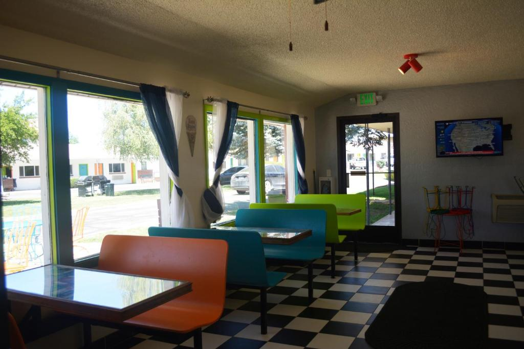A seating area at Retro Inn at Mesa Verde