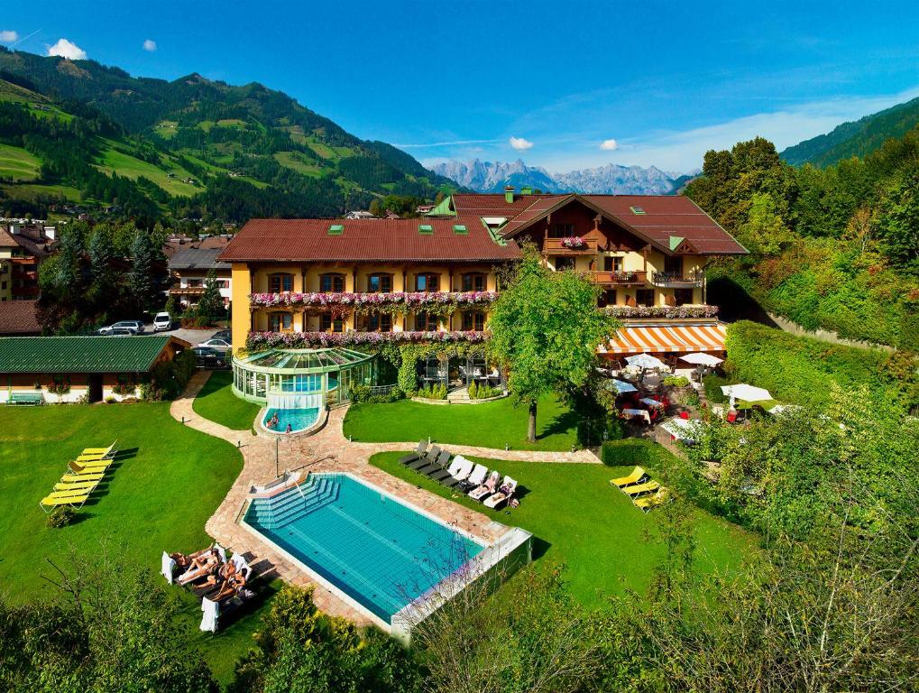 Ein Blick auf den Pool von der Unterkunft Hotel Lerch oder aus der Nähe
