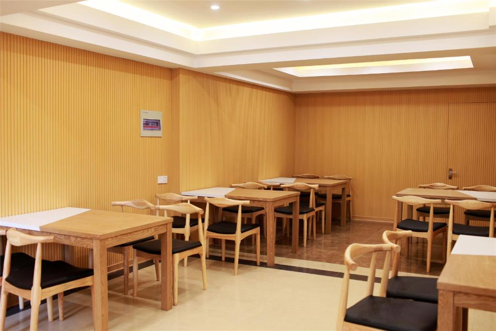 A restaurant or other place to eat at GreenTree Inn Hebei Tangshan Ring Road South Ring and Fuxing Road Express Hotel