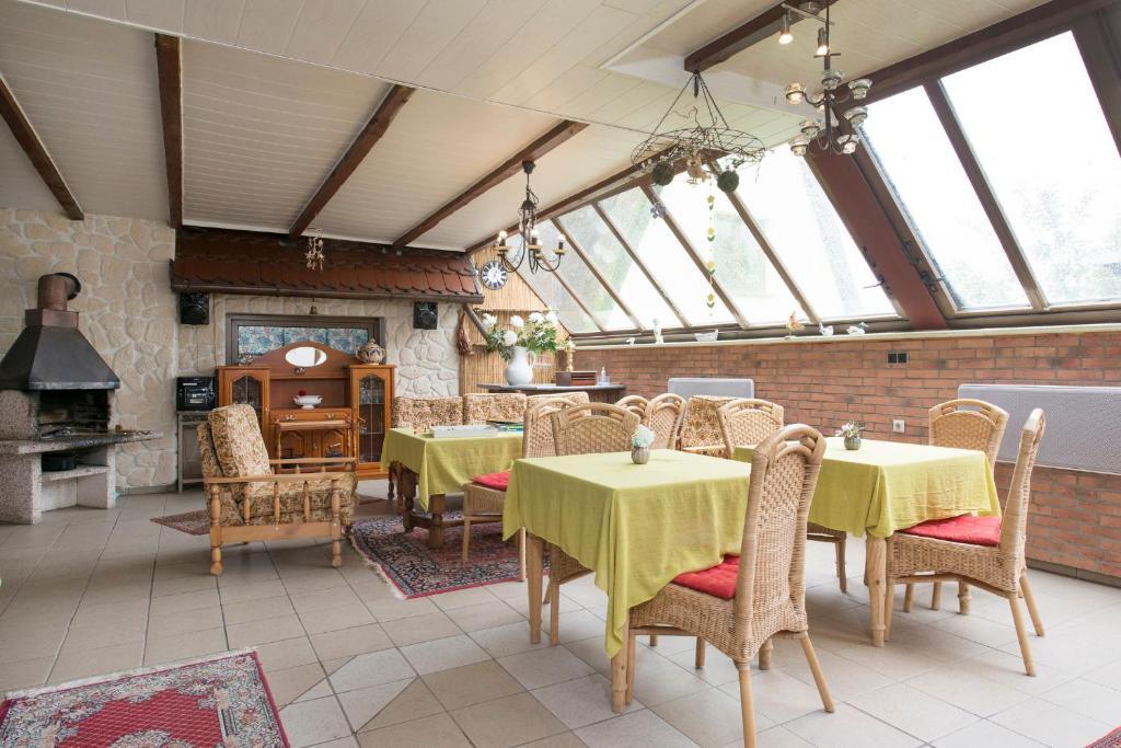 Ein Restaurant oder anderes Speiselokal in der Unterkunft Pension Deichgraf Middelhagen