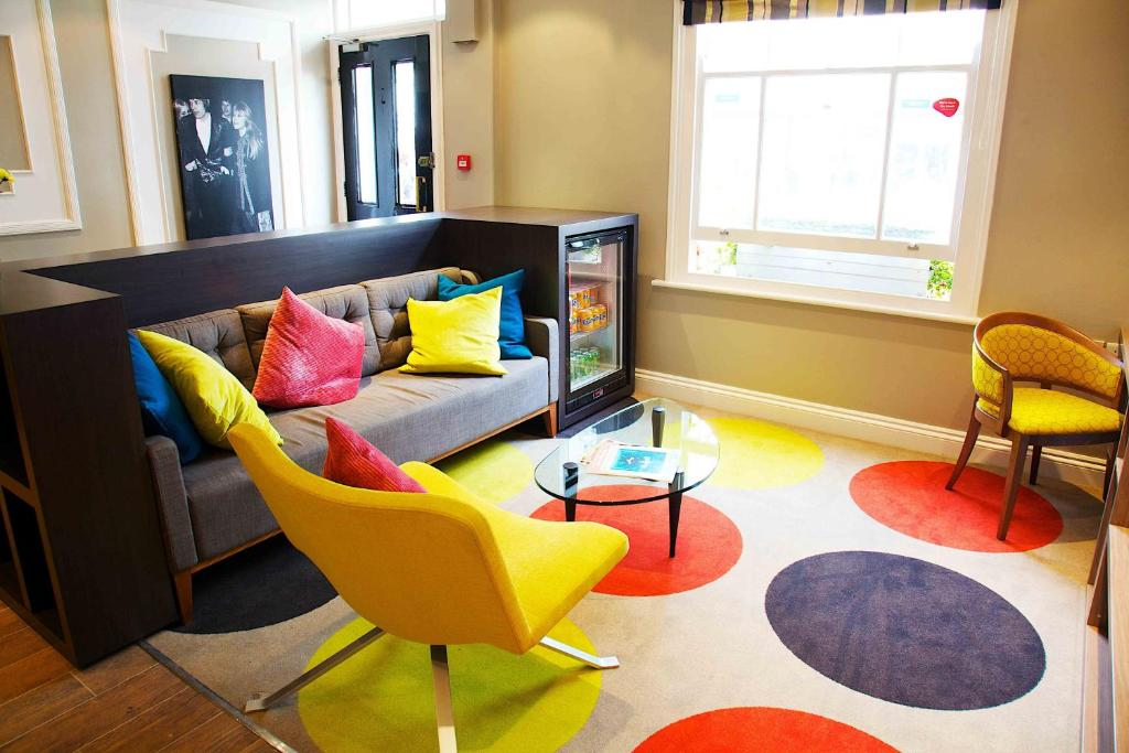 A seating area at Comfort Inn Victoria