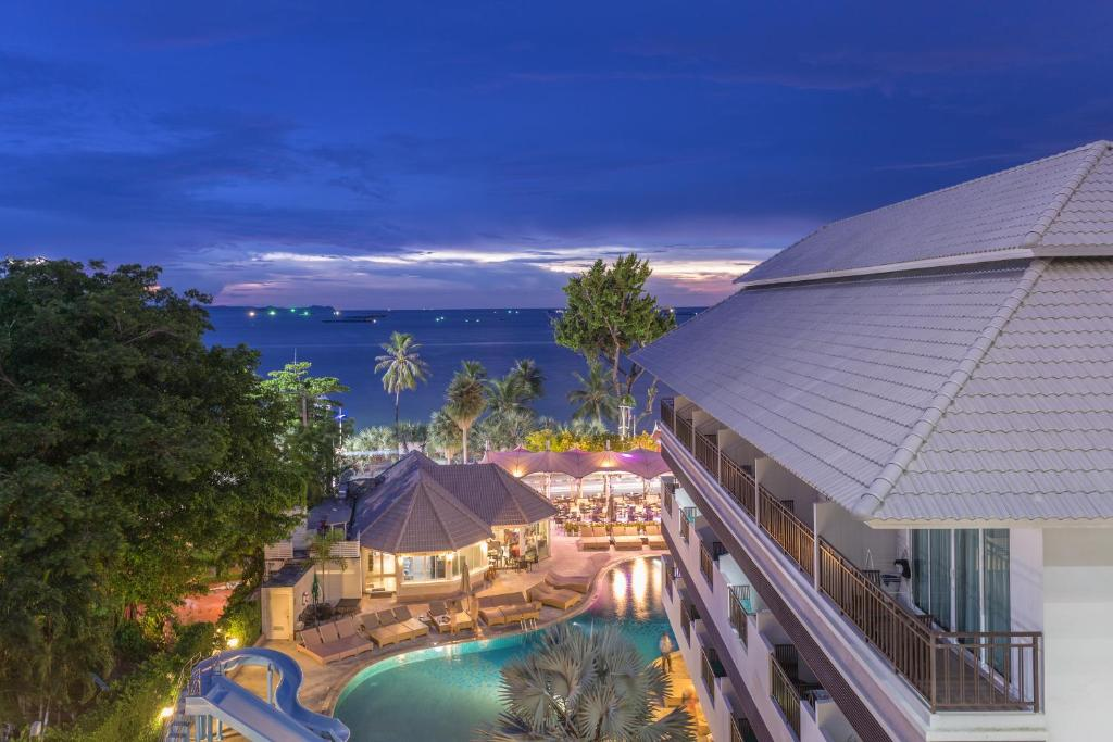A view of the pool at Pattaya Discovery Beach Hotel or nearby