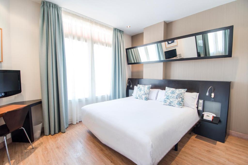 Un pat sau paturi într-o cameră la Petit Palace Ruzafa