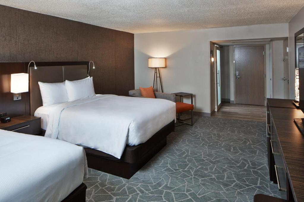 A bed or beds in a room at Doubletree By Hilton Atlanta Perimeter Dunwoody