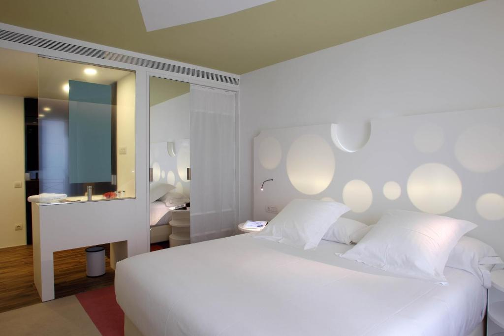 A bed or beds in a room at Room Mate Pau