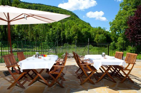 Un restaurante o sitio para comer en Apartahotel Castejón de Sos