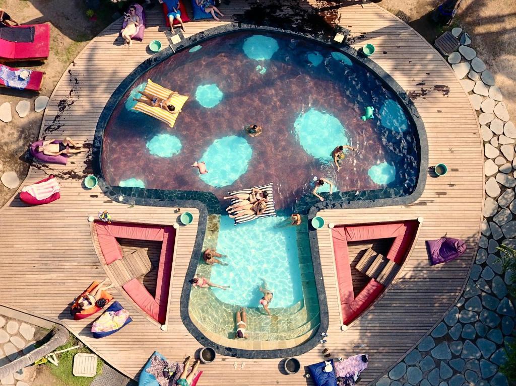 Ein Blick auf den Pool von der Unterkunft Begadang oder aus der Nähe