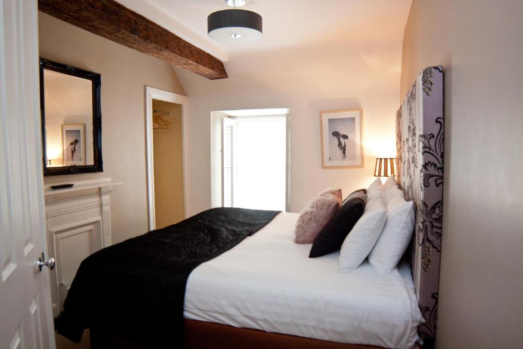 A bed or beds in a room at 7 Cross Street Boutique Townhouse