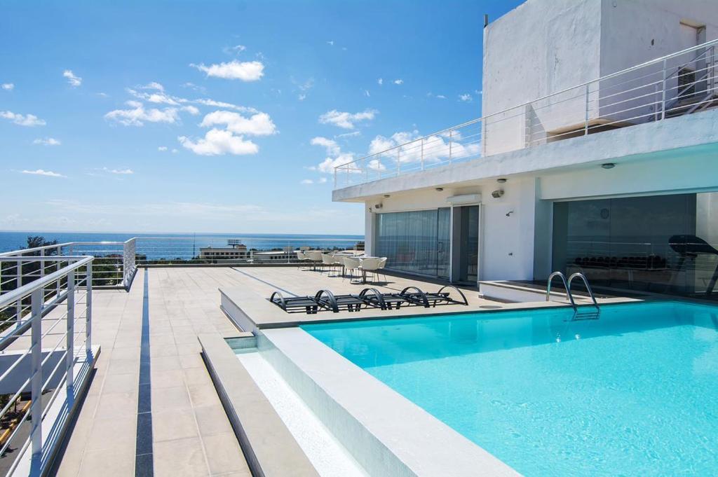 The swimming pool at or close to Loft Studio in Santo Domingo
