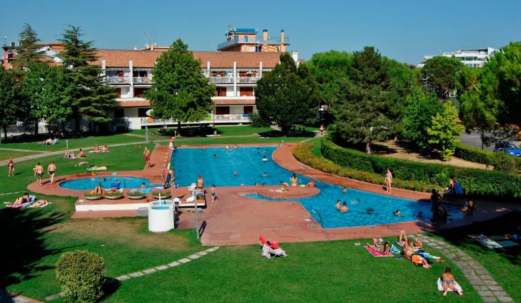 Výhled na bazén z ubytování Residence Selenis nebo okolí