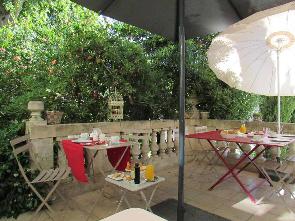 A restaurant or other place to eat at Ma Villa - Arles