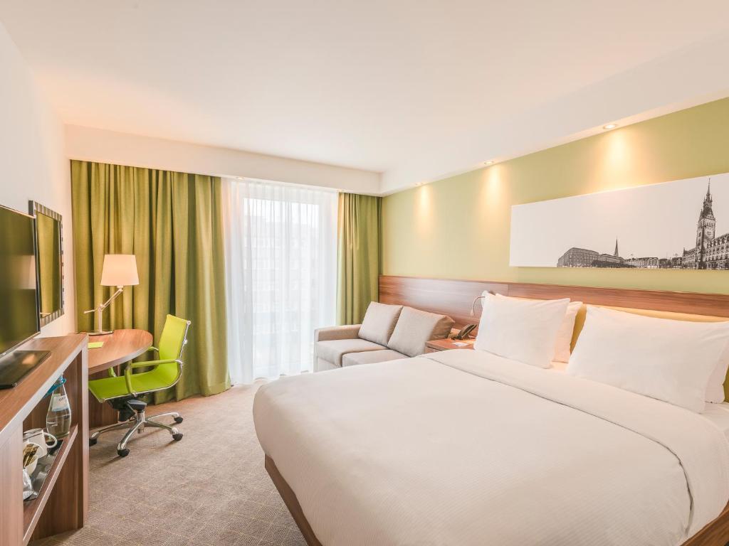 Ein Bett oder Betten in einem Zimmer der Unterkunft Hampton By Hilton Hamburg City Centre