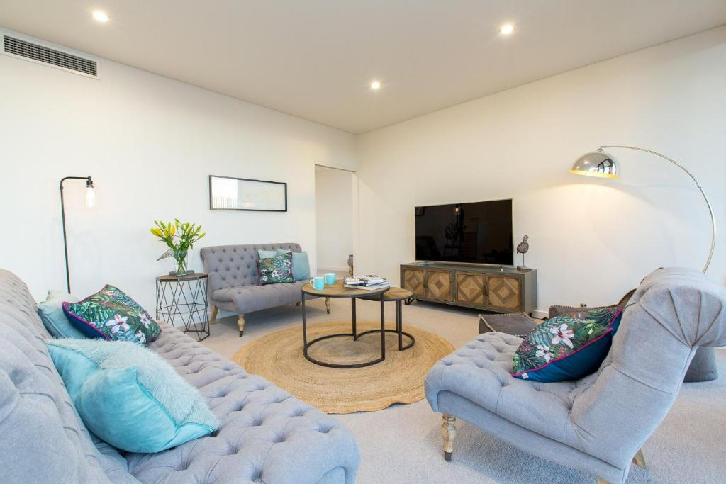 A seating area at Luxury Four Bedroom Apartment