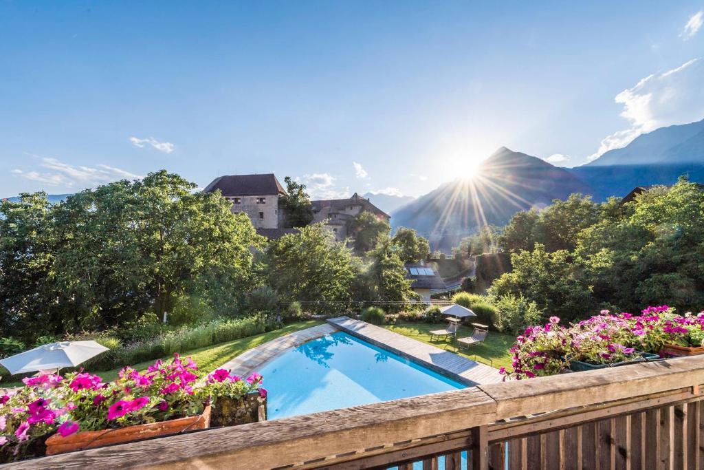 Ein Blick auf den Pool von der Unterkunft Baumgartner's Blumenhotel oder aus der Nähe