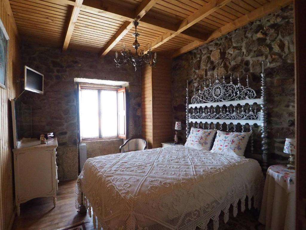 A bed or beds in a room at Casa do Monge