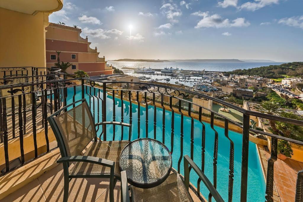 Uitzicht op het zwembad bij Grand Hotel Gozo of in de buurt