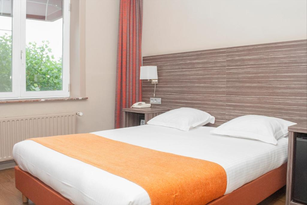 A bed or beds in a room at Hotel Castel