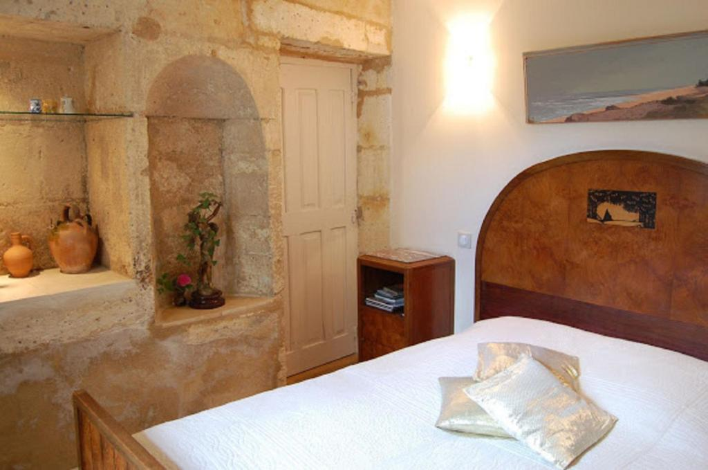A bed or beds in a room at Jardins Secrets