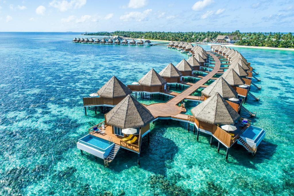 Blick auf Mercure Maldives Kooddoo Resort aus der Vogelperspektive