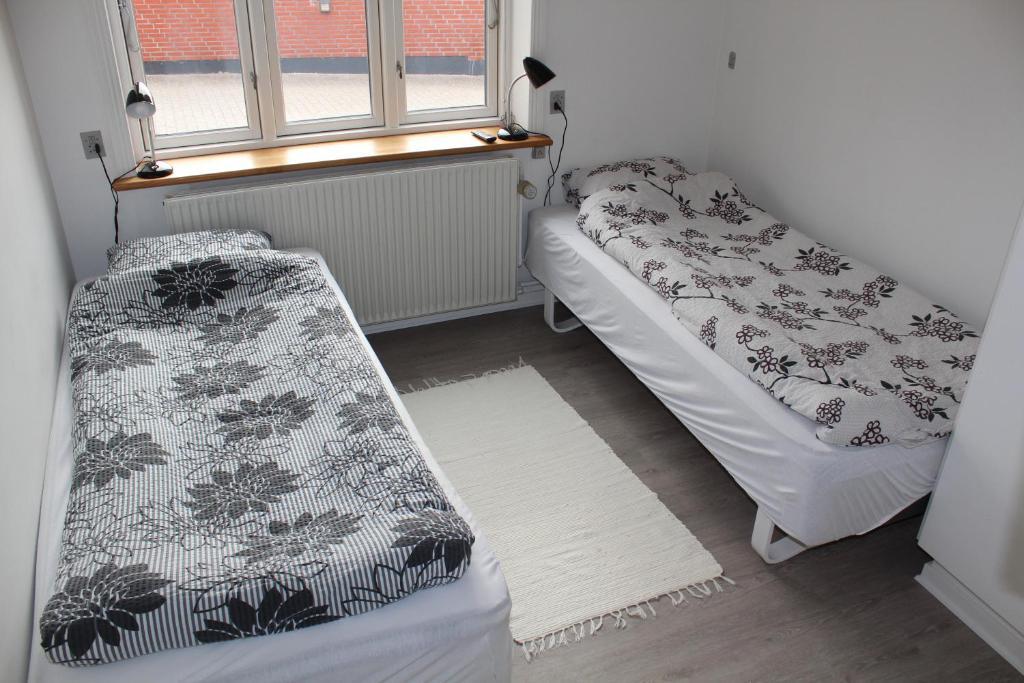 En eller flere senge i et værelse på Bække B&B