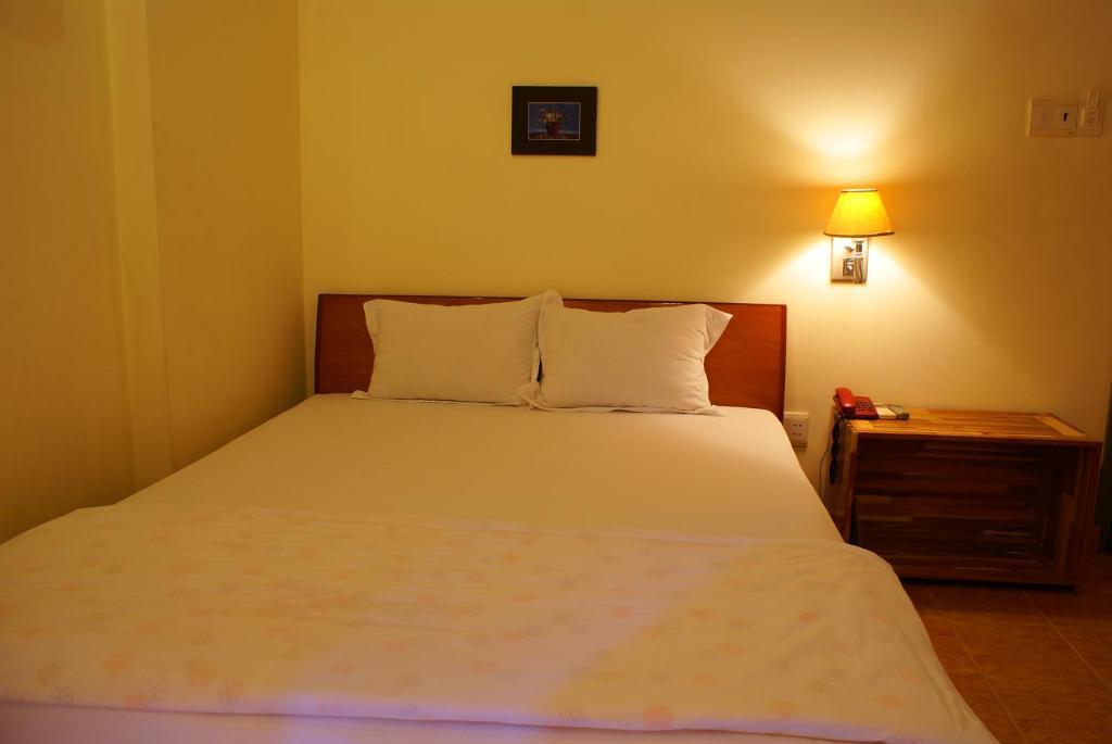Giường trong phòng chung tại Trung Nguyen Hotel