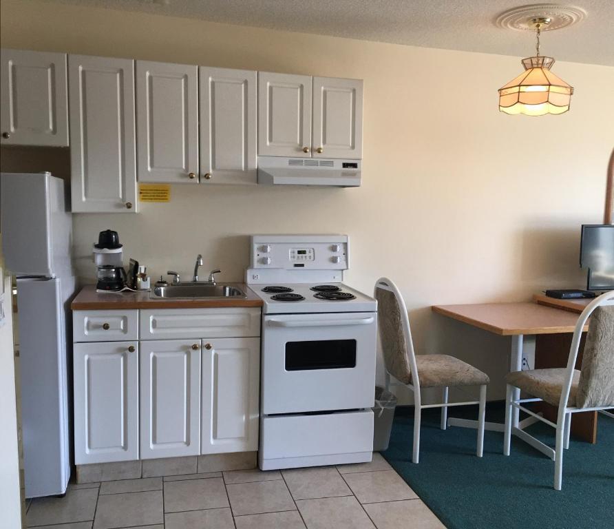 A kitchen or kitchenette at Western Budget Motel #3 Whitecourt