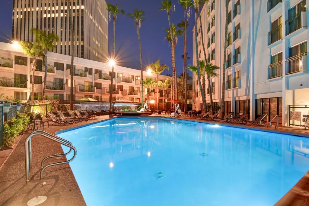 The swimming pool at or near Hilton Garden Inn Phoenix Midtown