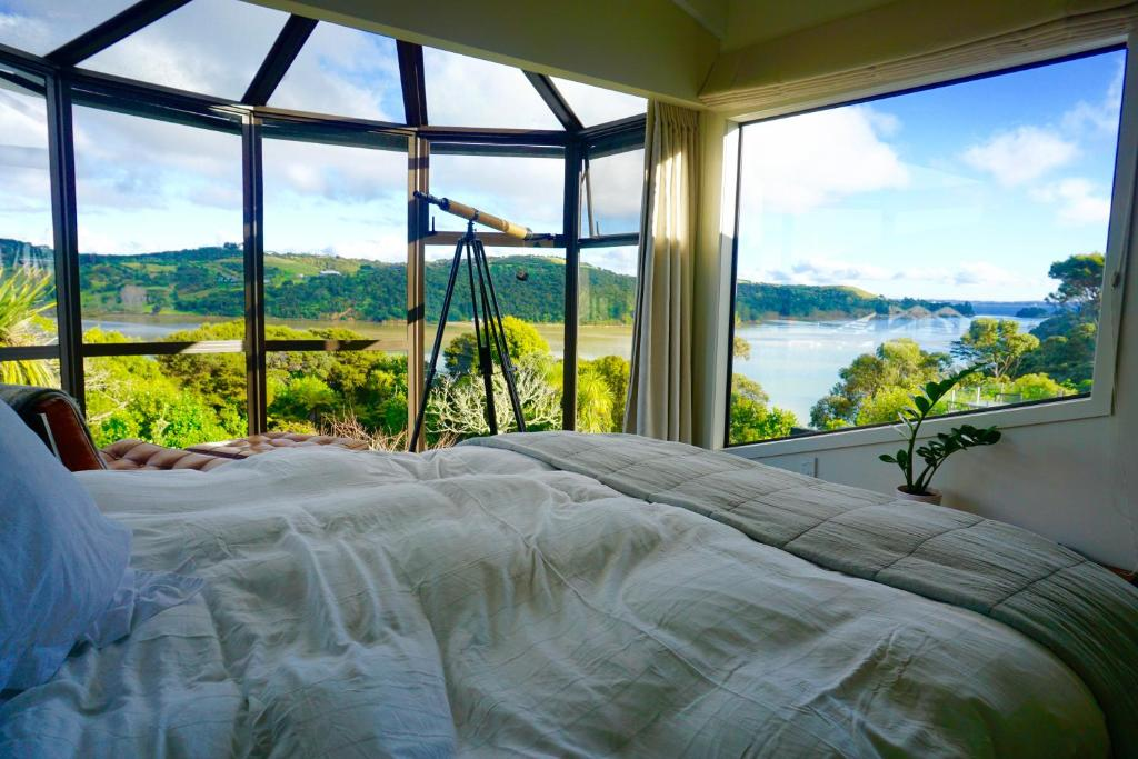 A bed or beds in a room at Le Chalet Waiheke Apartments