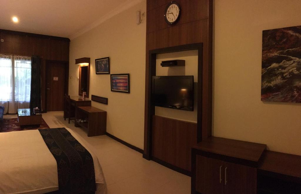 Atsari Hotel Prapat Booking Com
