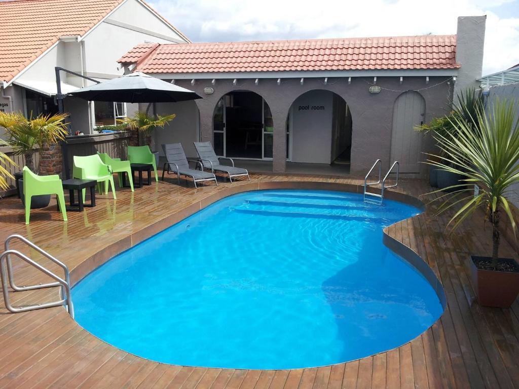 The swimming pool at or near RotoVegas Motel of Rotorua